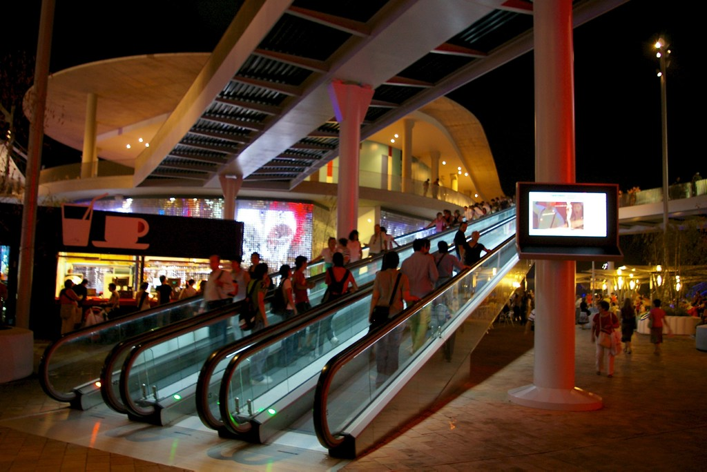 Expo Zaragoza: Escalators and people