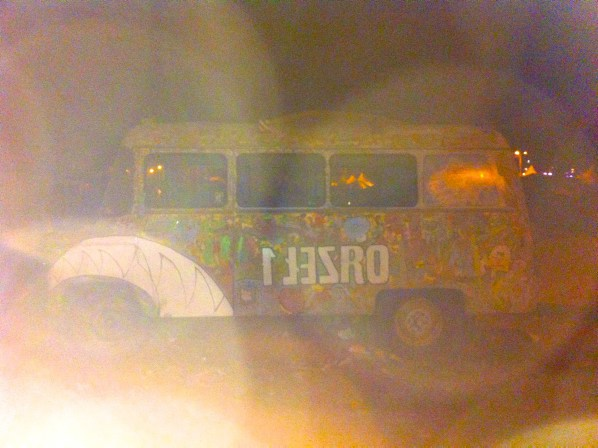 Haltestelle Woodstock: Hippie-Bus in der Nacht