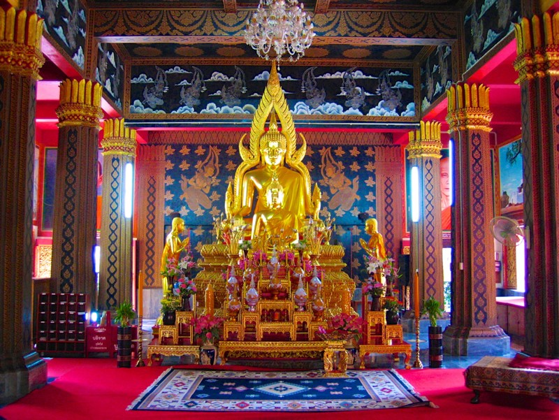 Temples in Chiangmai: Inside Wat Panthon