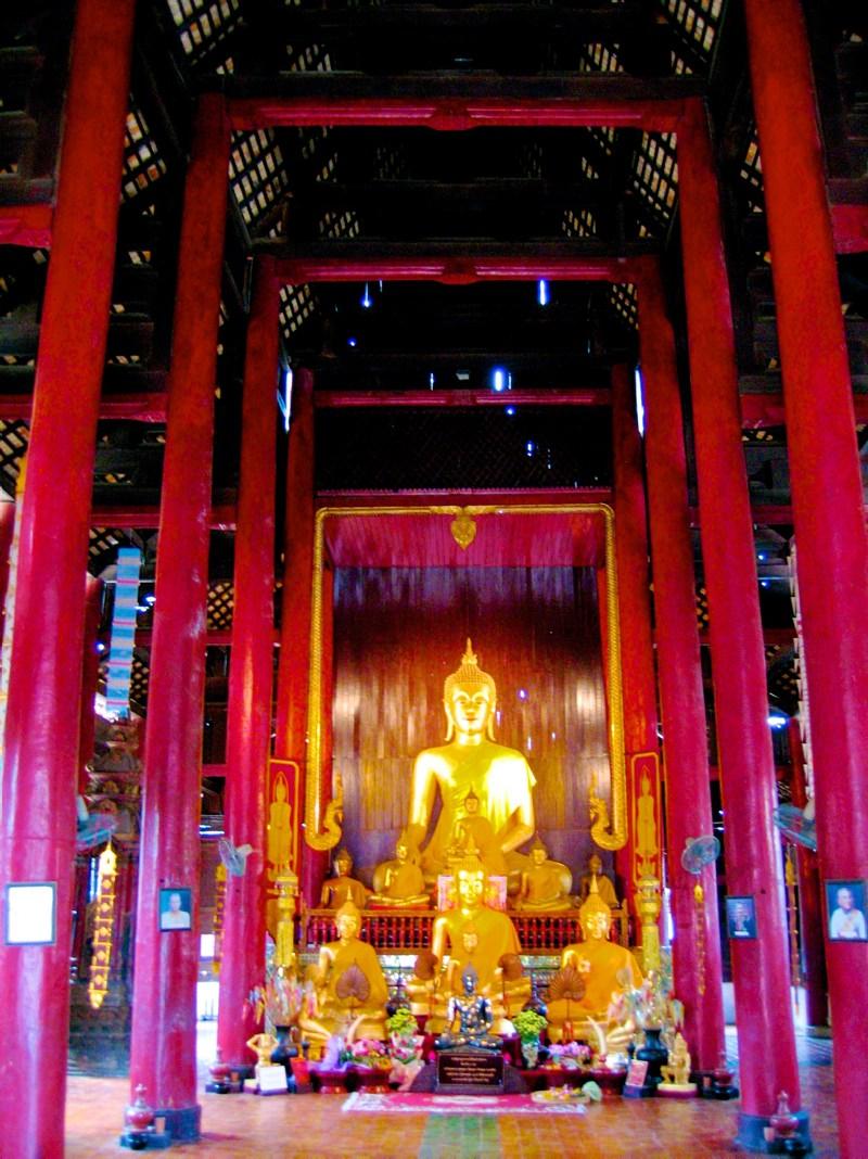 Temples in Chiangmai: Statues inside Wat Pan Dao