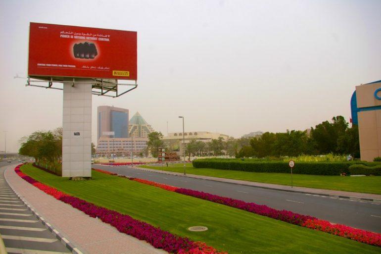 Zwischenstopp in Dubai: Strasse mit Werbeplakat