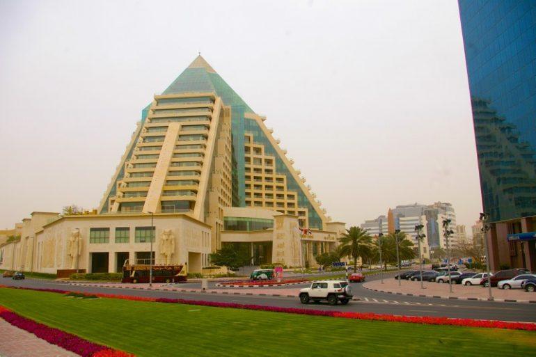 Zwischenstopp in Dubai: Hotel in Pyramidenform