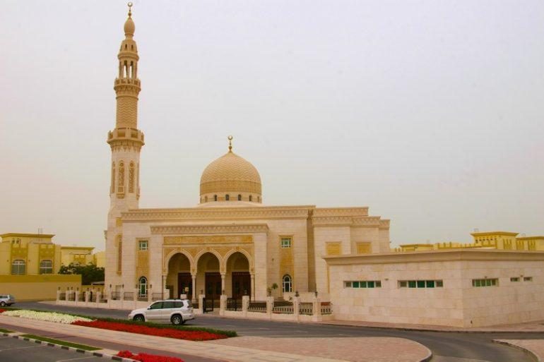 Zwischenstopp in Dubai: Auto vor Moschee