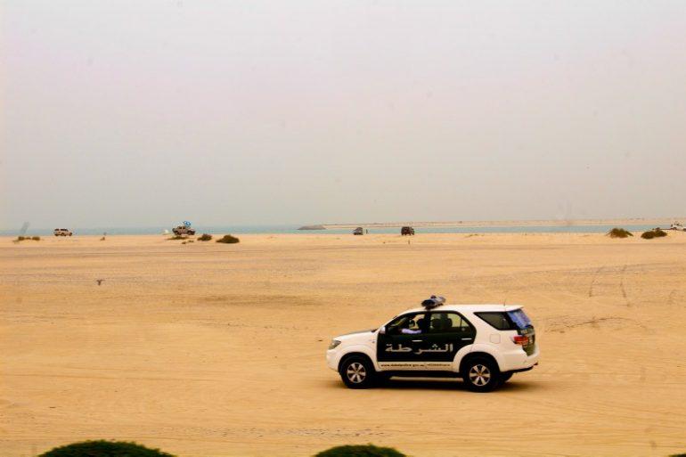 Zwischenstopp in Dubai: Polizeiwagen am Strand