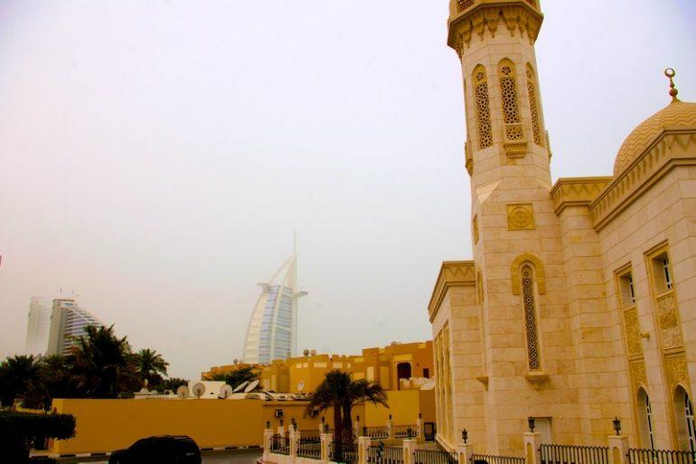 Zwischenstopp in Dubai: Traditionelle und moderne Gebäude