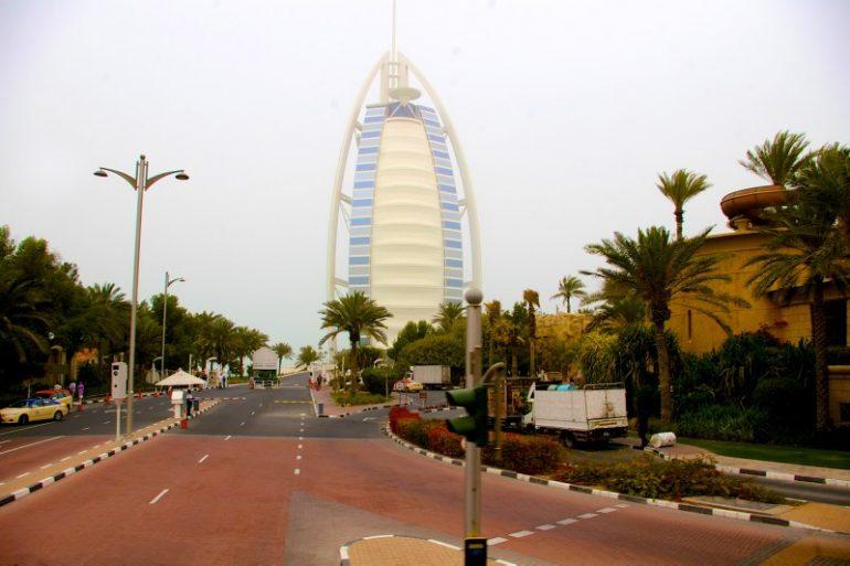 Zwischenstopp in Dubai: Strasse mit Gebäude