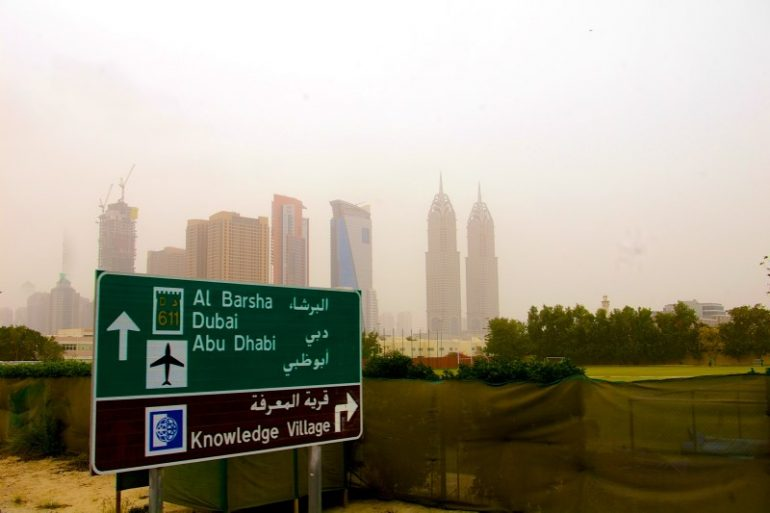 Zwischenstopp in Dubai: Skyline im Smog