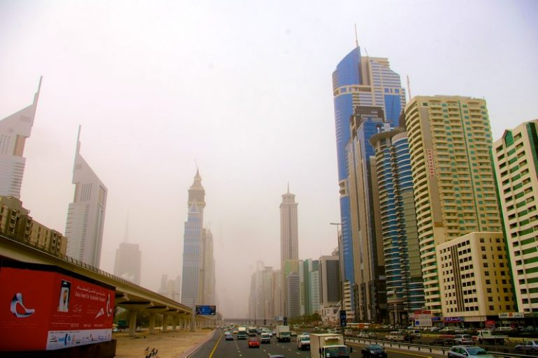 Zwischenstopp in Dubai: Strasse mit Hochhäusern
