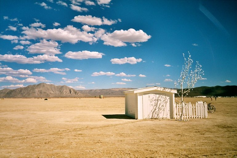 Hütte als Kunstwerk beim Burning Man Festival 2004
