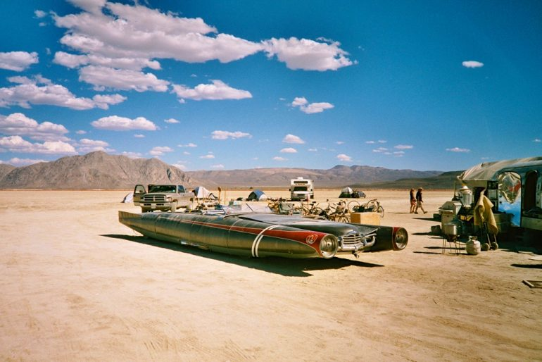 Umgebautes Auto in der Black Rock Desert beim Burning Man 2004