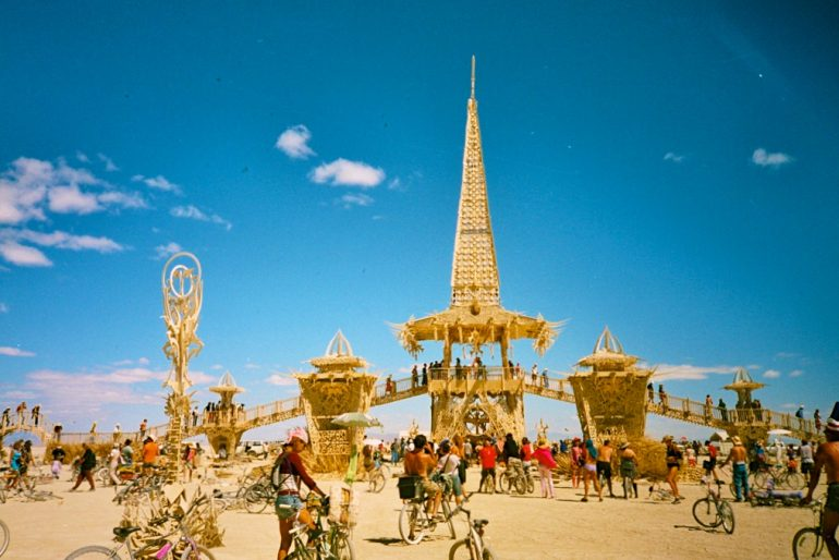 Tempel mit Menschen auf dem Burning Man