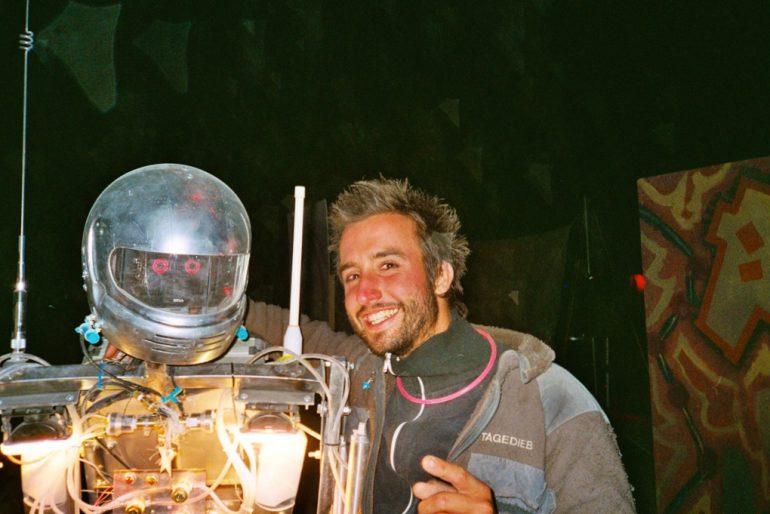 """""""Marco Buch"""" mit Roboter beim Burning Man 2004"""