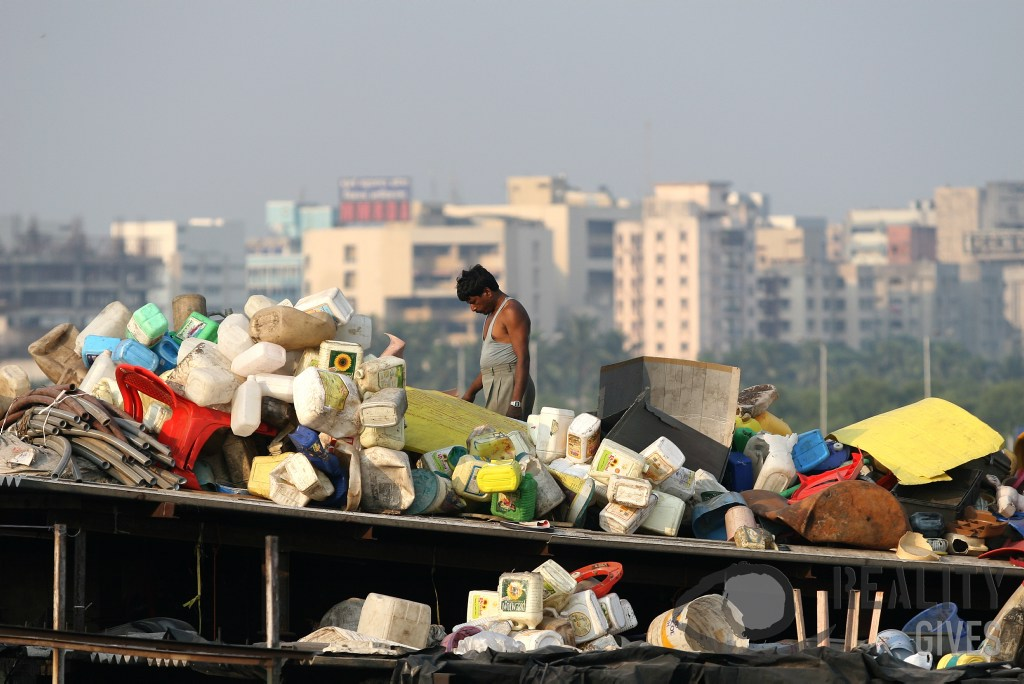 Plastic recycling on a Dharavi rooftop - Andreas Grosse-Halbuer