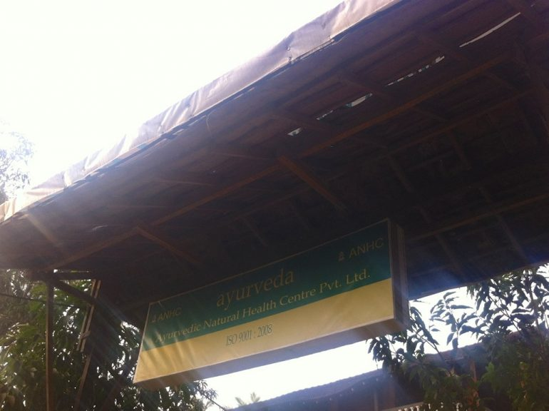 Schild der Ayurveda Klinik in Goa