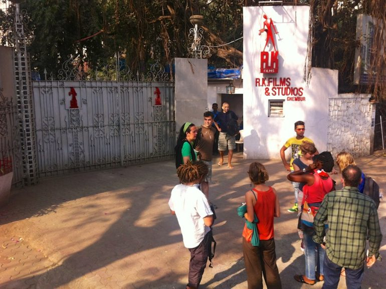 Menschen vor einem Studio in Bollywood