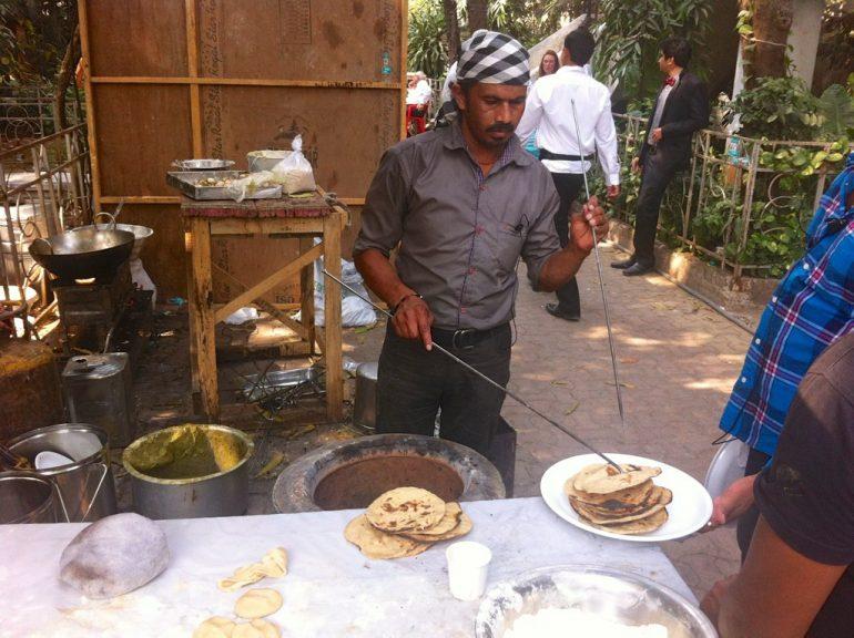 Koch mit Tandoori-Ofen am Bollywood Set