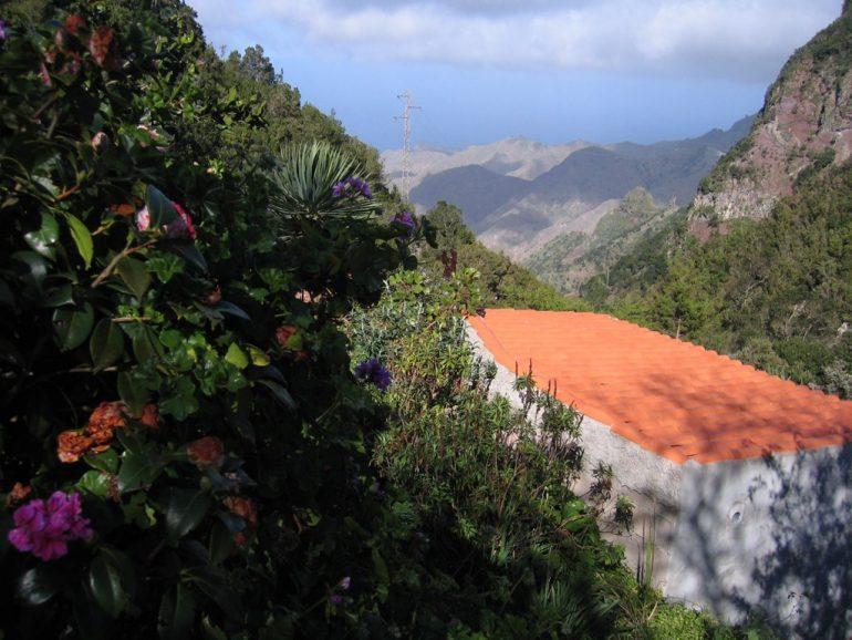 Pflanzen und Haus vor einem Tal in Gomera