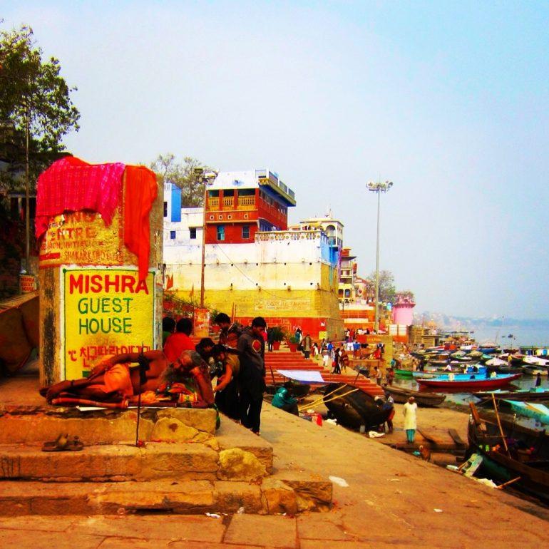 Ein Sadhu am Ufer des Ganges in Varanasi