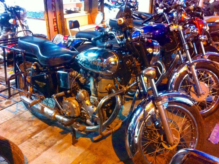 Enfield mieten in Indien: Mehrere Motorräder in einem Ausstellungsraum