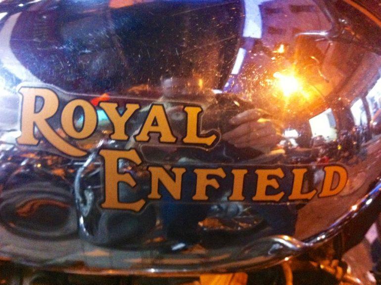 Schriftzug auf einer Royal Enfield in Indien