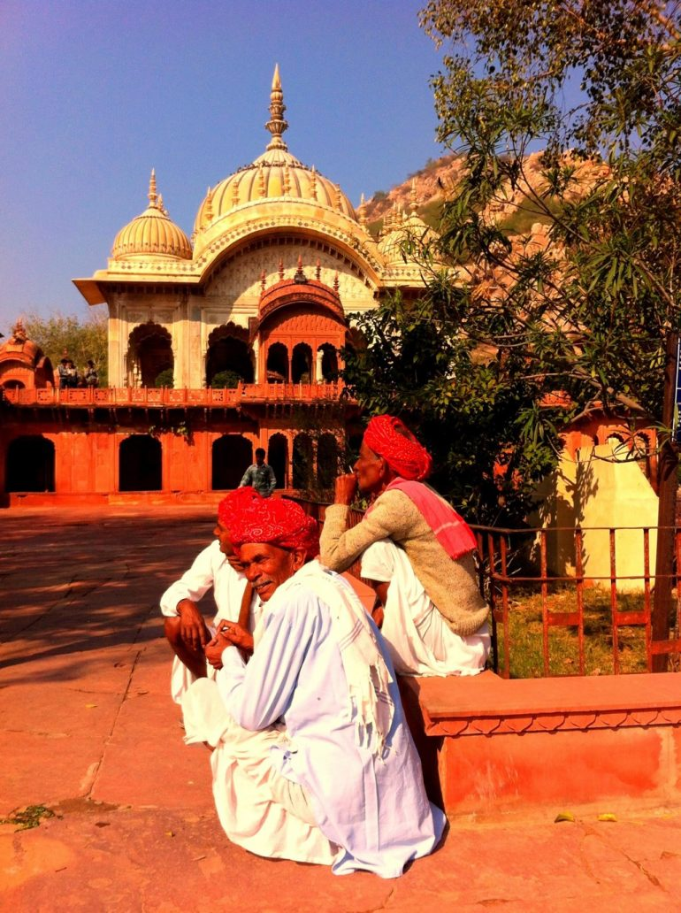 Enfield mieten in Indien: Männer rauchen vor dem alten Palast in Alwar