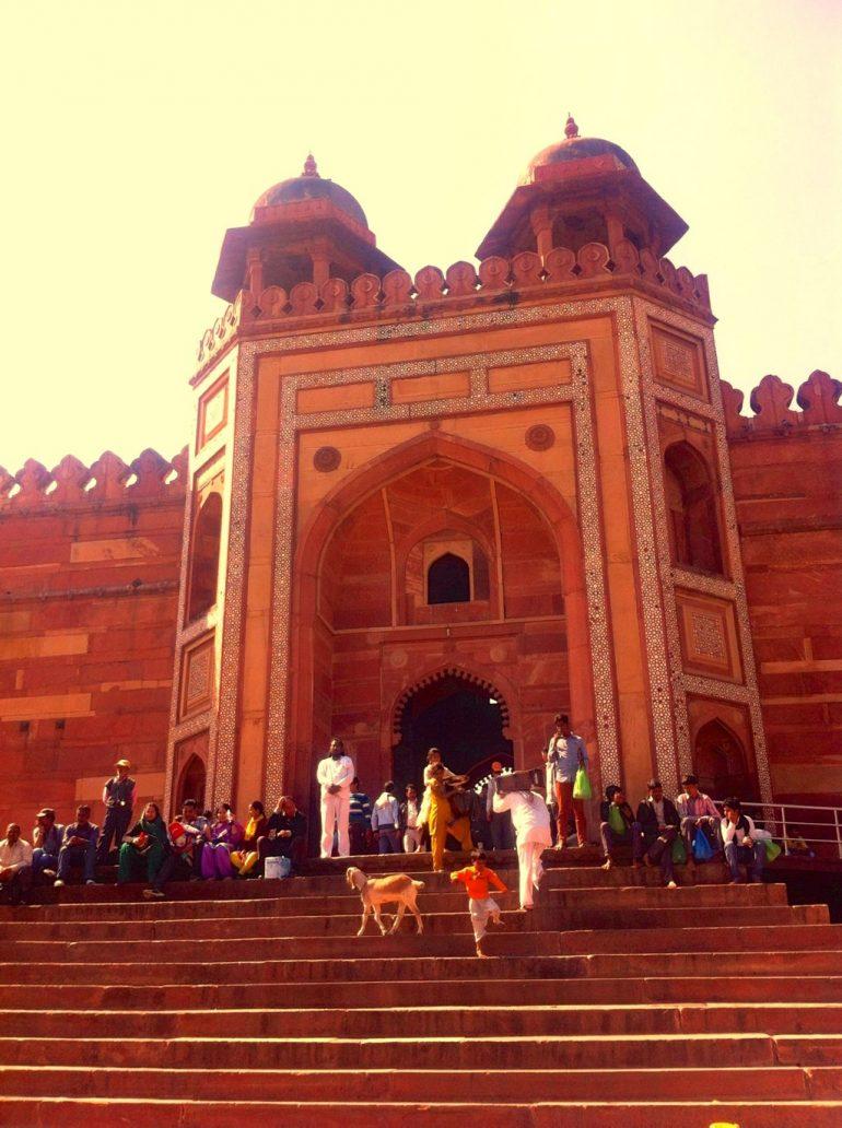Menschen auf der Eingangstreppe der Fatehpur Sikri