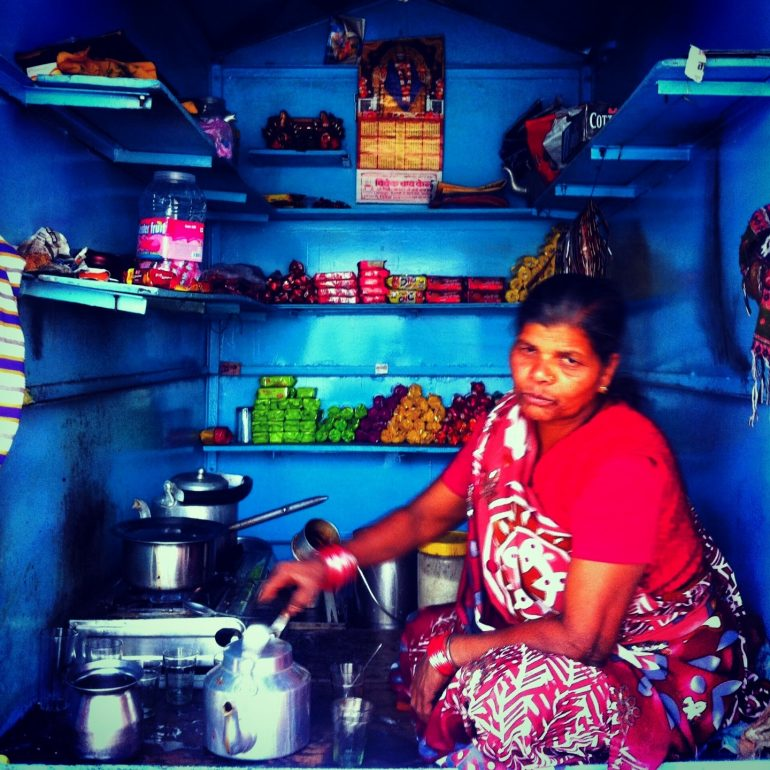 Frau in kleinem Geschäft in Varanasi