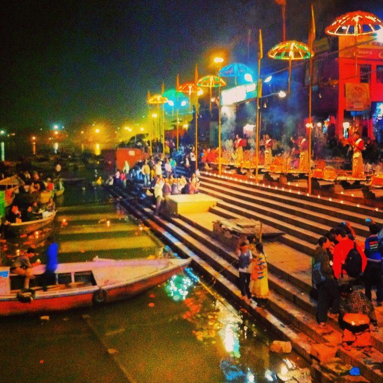 Menschen bei der Feuerzeremonie am Ufer des Ganges