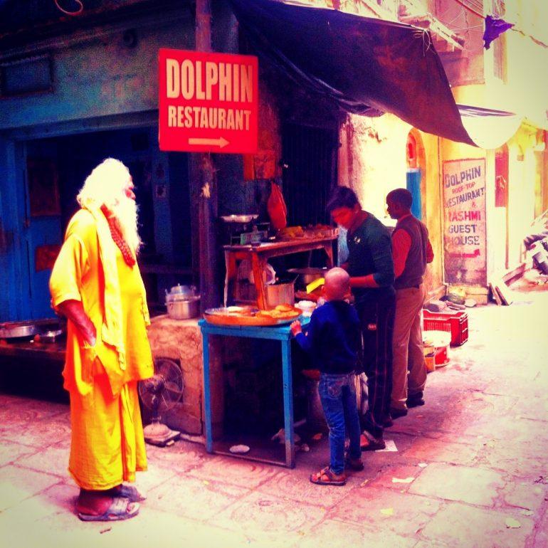 Sadhu neben anderen menschen in einer Gasse von Varanasi