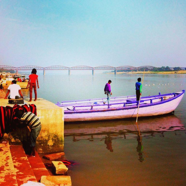 Menschen auf einem Boot auf dem Ganges in Varanasi