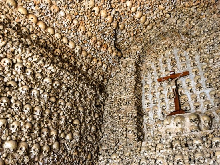 Knochen und Schädel in der Capela dos Ossos