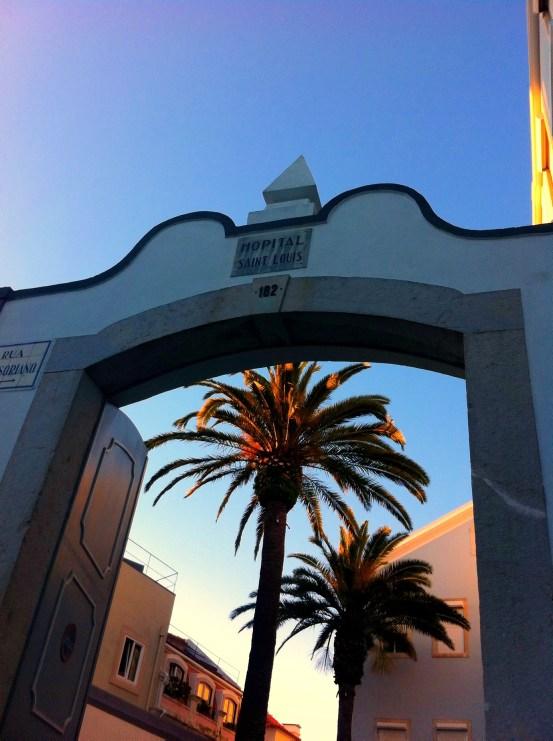 Lissabon Sehenswürdigkeiten: Tor mit Palmen in Bairro Alto