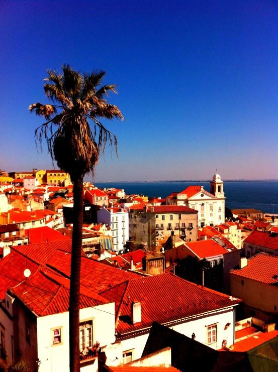 Lissabon Sehenswürdigkeiten: Blick über Häuser auf den tagus Fluss