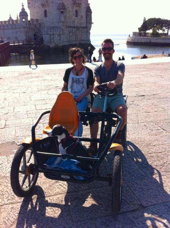 Lissabon Sehenswürdigkeiten: Marco Buch mit Frau und Hund im Familienfahrrad