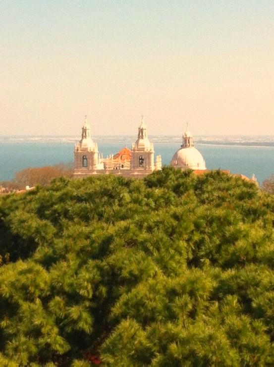 Lissabon Sehenswürdigkeiten: Blick über das Castelo de São Jorge auf den Tagus