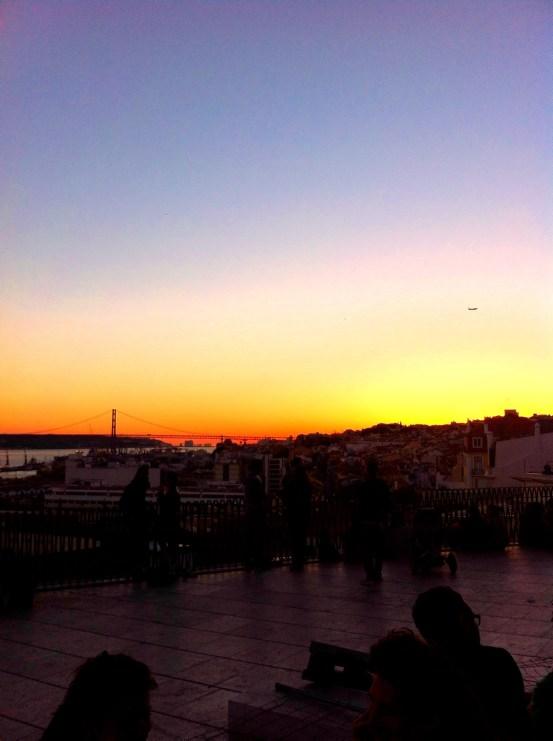 Lissabon Sehenswürdigkeiten: Sonnenuntergang an einem der zahlreichen Miradouros