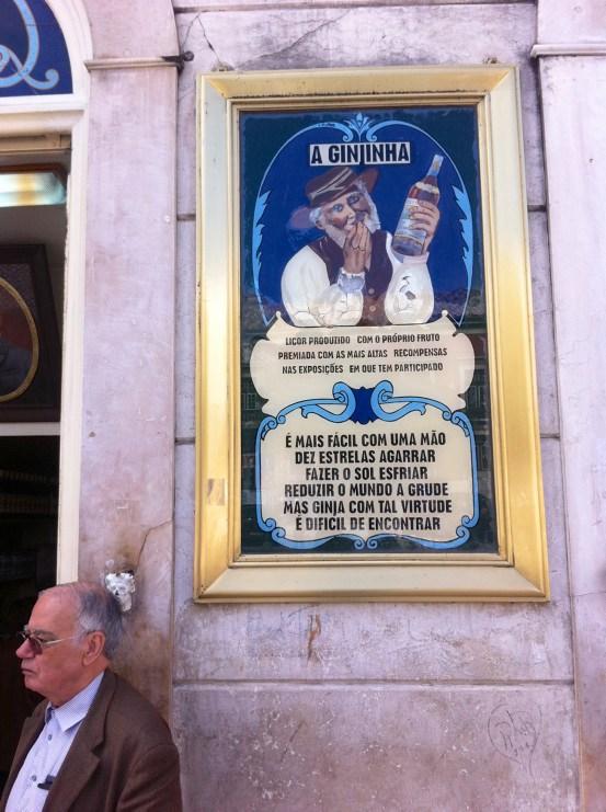 Lissabon Sehenswürdigkeiten: Lissaboner vor Plakat