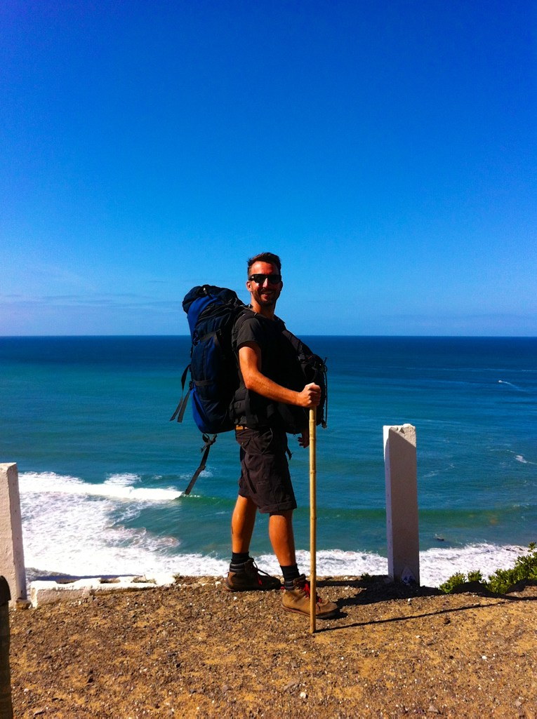 Algarve insider tips: Marco Buch with hiking gear in front of the ocean