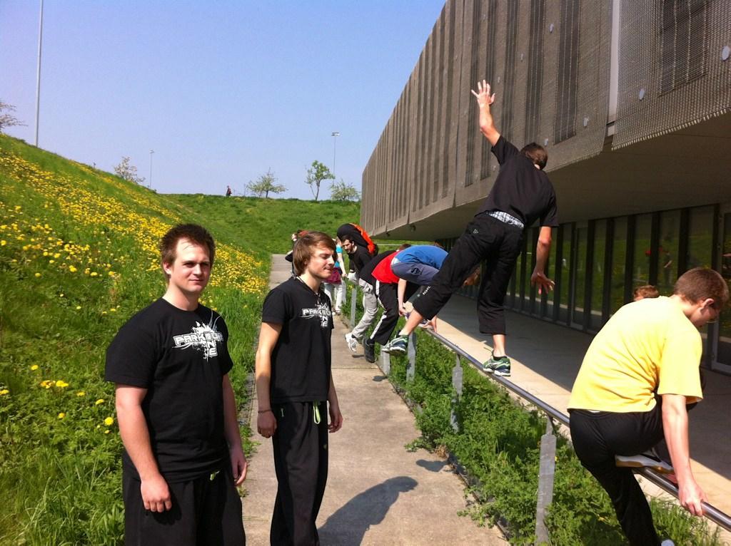 Die Trainer Samson und Franz begutachten die Balance-Übungen.