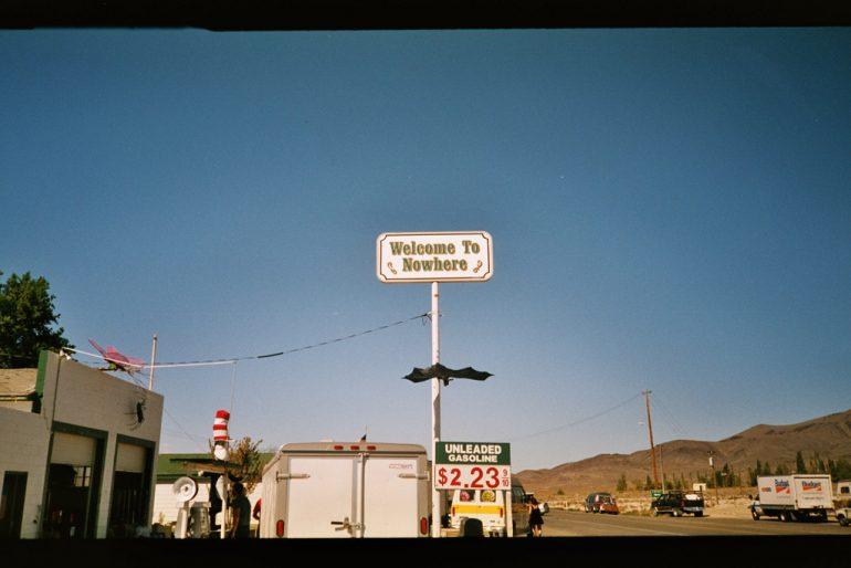 Autos, Häuser und ein Schild