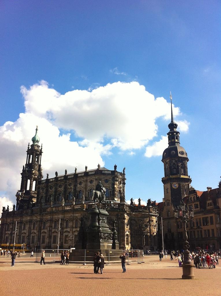Menschen vor der Katholischen Hofkirche Dresden
