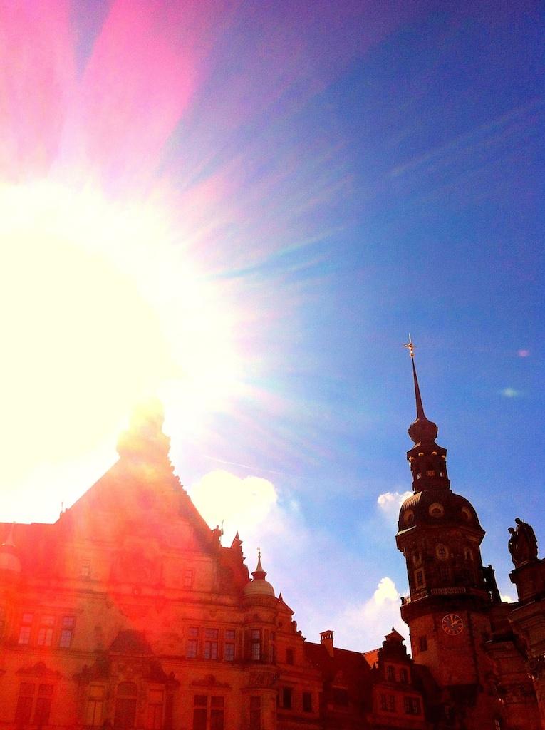 Sonnenstrahlen treffen auf ein altes Gebäude in Dresden