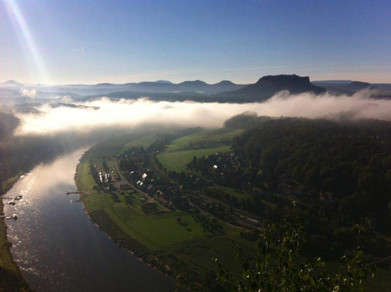 Sächsische Schweiz: Blick auf das Elbtal im Nebel