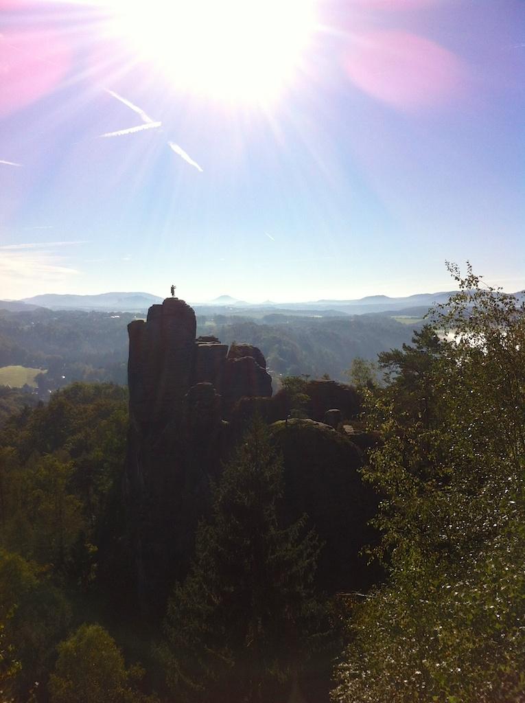 Sächsische Schweiz: Kletterer auf einem Felsen
