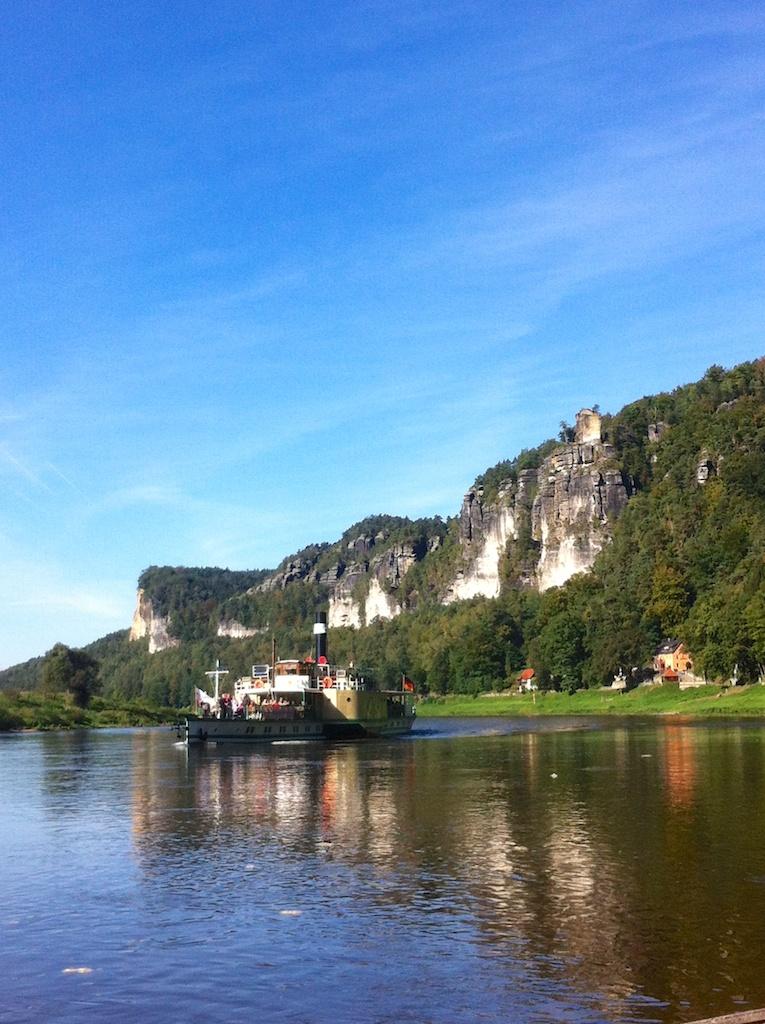 Elbe mit Schaufelraddampfer
