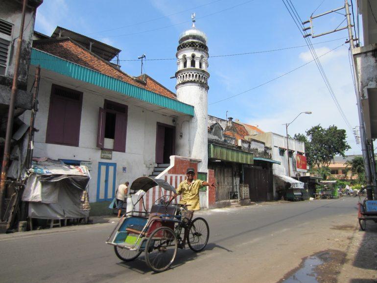 Indonesien Highlights: Mann auf Rikscha vor Moschee in Surabaya