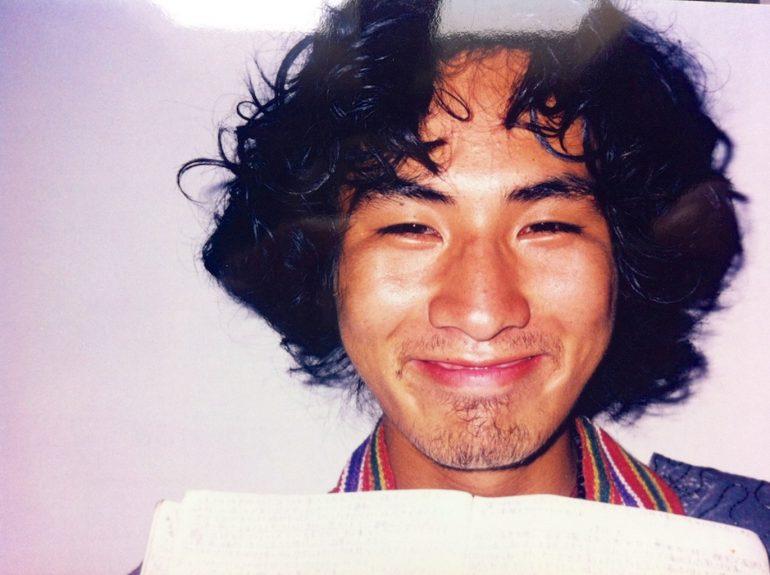Japanischer Mann lächelt über seinem Tagebuch
