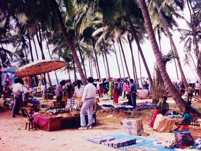 Menschen auf dem Anjuna Flea Market in Goa Indien