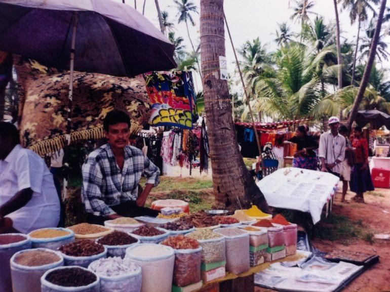 Gewürzverkäufer auf dem Anjuna Flea Market in Goa Indien