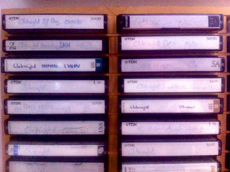 Clubnight-Kassetten in einem Kassettenregal